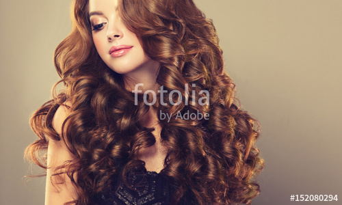 Brunette Girl With Long And Shiny Wavy Hair Beautiful Mo Heuerstyle